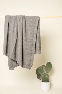 Pearly throw light grey